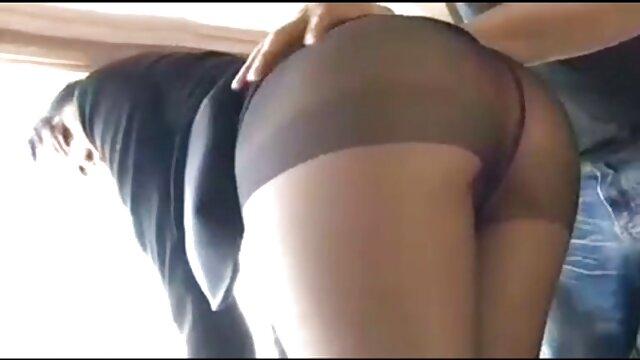 Puta rubia videos sexo español con labios rojos chupando una gran polla blanca