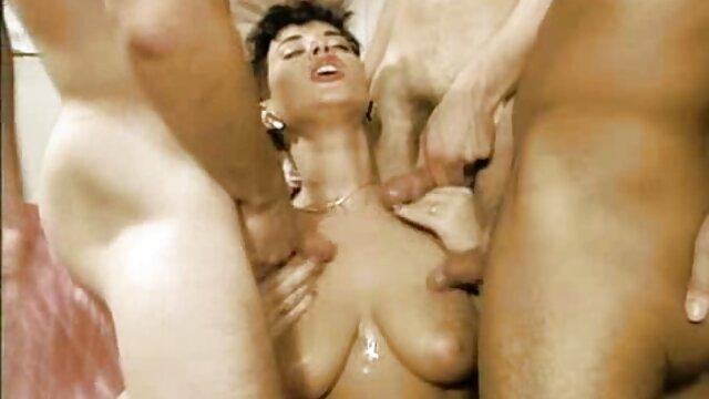 MILF tetona Melanie Hicks está siendo ver videos pornos caseros en español rellenada por su apretado chocho