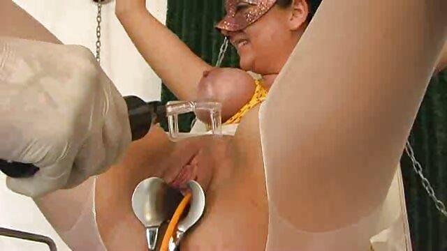 Hombre negro limpia la lágrima de Kagney Linn Karter durante una peliculas zoofilia completas mamada de la BBC